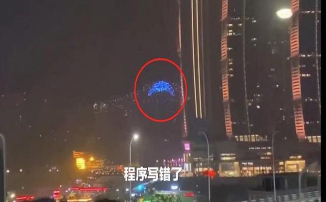 TQ: Hơn 100 máy bay không người lái đâm liên tục vào tòa nhà cao tầng