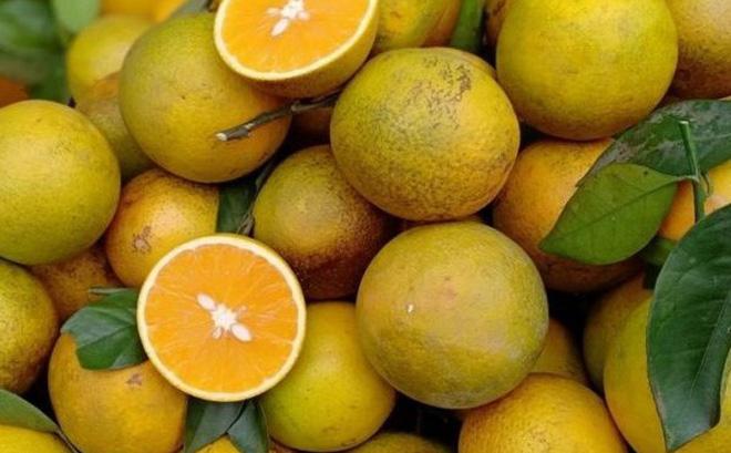 Tiếc tiền hành lý, nhóm 4 người quyết ăn sạch 30 kg cam trong nửa tiếng