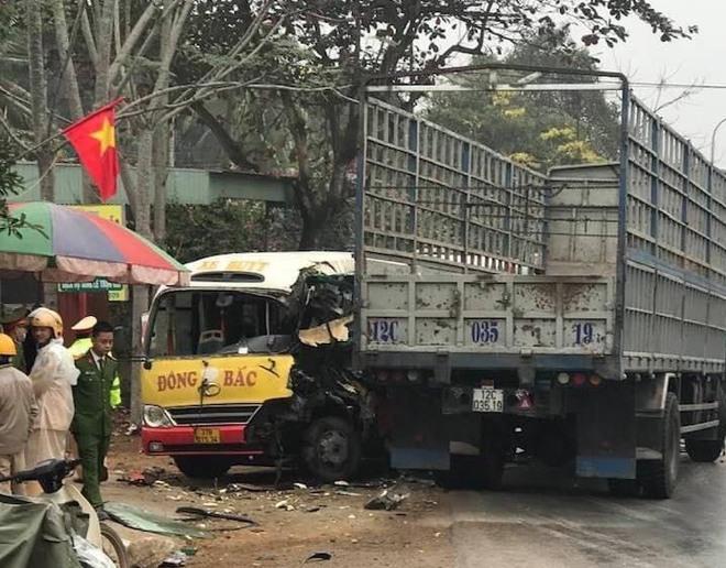Hơn 10 người bị thương khi xe buýt đấu đầu xe tải  - Ảnh 6.