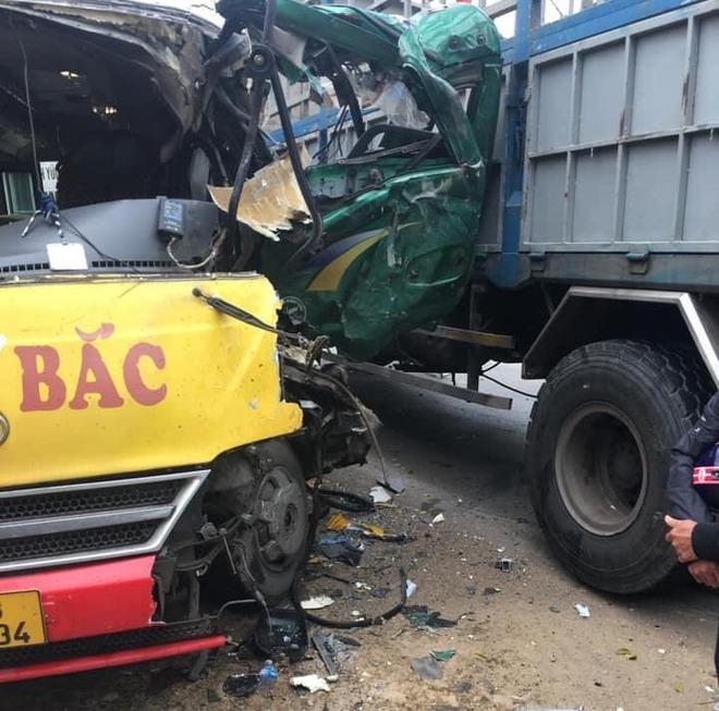 Hơn 10 người bị thương khi xe buýt đấu đầu xe tải  - Ảnh 4.
