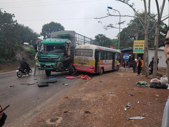 Hơn 10 người bị thương khi xe buýt đấu đầu xe tải  - Ảnh 1.
