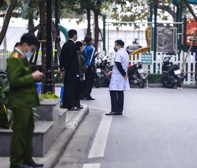 Ảnh: Người dân tiếp tế lương thực cho toà chung cư có người mắc COVID-19 ở Times City, Hà Nội - Ảnh 6.