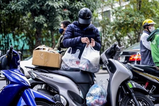 Ảnh: Người dân tiếp tế lương thực cho toà chung cư có người mắc COVID-19 ở Times City, Hà Nội - Ảnh 13.