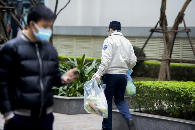 Ảnh: Người dân tiếp tế lương thực cho toà chung cư có người mắc COVID-19 ở Times City, Hà Nội - Ảnh 14.