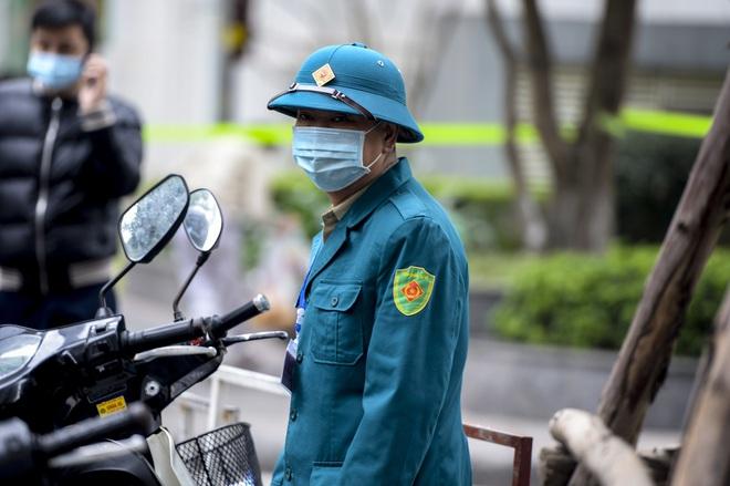 Ảnh: Người dân tiếp tế lương thực cho toà chung cư có người mắc COVID-19 ở Times City, Hà Nội - Ảnh 15.