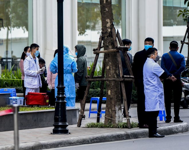 Ảnh: Người dân tiếp tế lương thực cho toà chung cư có người mắc COVID-19 ở Times City, Hà Nội - Ảnh 8.
