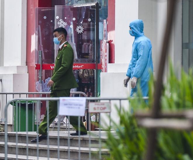Ảnh: Người dân tiếp tế lương thực cho toà chung cư có người mắc COVID-19 ở Times City, Hà Nội - Ảnh 3.