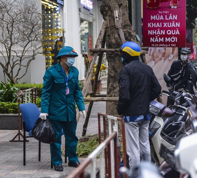 Ảnh: Người dân tiếp tế lương thực cho toà chung cư có người mắc COVID-19 ở Times City, Hà Nội - Ảnh 10.