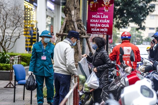 Ảnh: Người dân tiếp tế lương thực cho toà chung cư có người mắc COVID-19 ở Times City, Hà Nội - Ảnh 11.