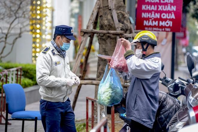 Ảnh: Người dân tiếp tế lương thực cho toà chung cư có người mắc COVID-19 ở Times City, Hà Nội - Ảnh 12.