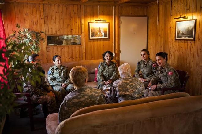 Vẻ đẹp mang 'chất thép' của các nữ quân nhân trên khắp thế giới - Ảnh 2.