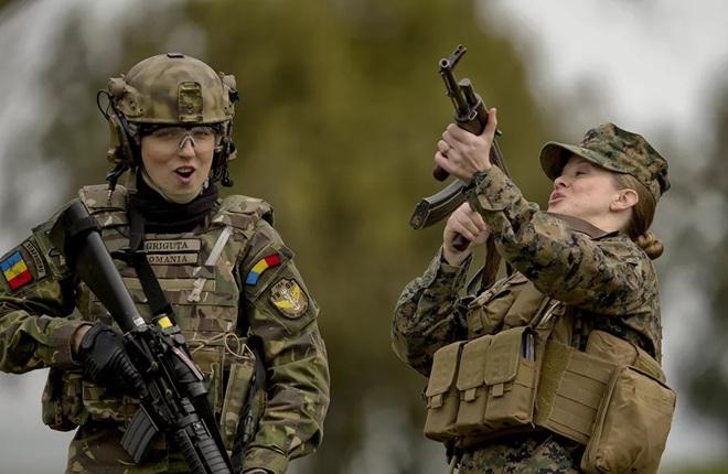 Vẻ đẹp mang 'chất thép' của các nữ quân nhân trên khắp thế giới - Ảnh 8.