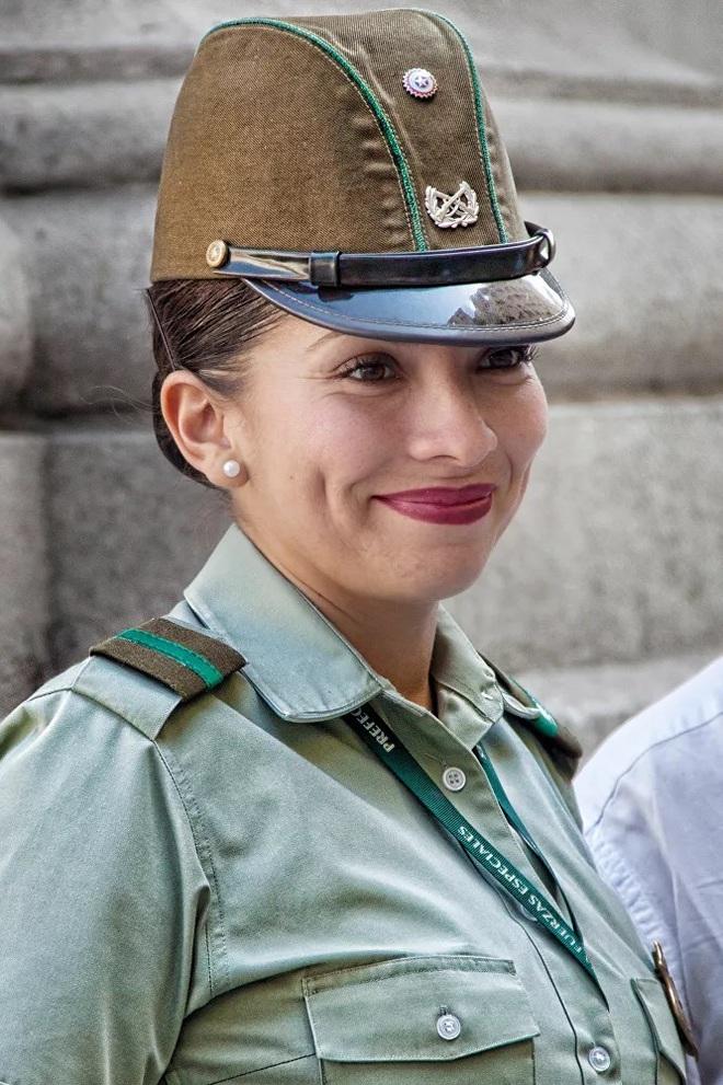 Vẻ đẹp mang 'chất thép' của các nữ quân nhân trên khắp thế giới - Ảnh 9.
