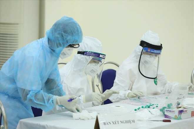 Nam bệnh nhân COVID-19 ở Hà Nội có dấu hiệu đông đặc phổi, nguy cơ biến chứng nặng - Ảnh 1.