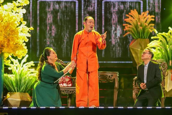 Con trai Chế Linh chơi đàn guitar bằng tay trái gây bất ngờ - Ảnh 2.