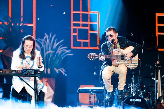 Con trai Chế Linh chơi đàn guitar bằng tay trái gây bất ngờ - Ảnh 5.
