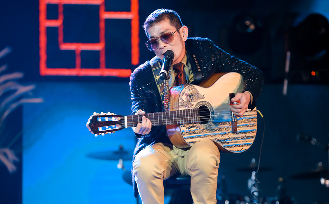 Con trai Chế Linh chơi đàn guitar bằng tay trái gây bất ngờ