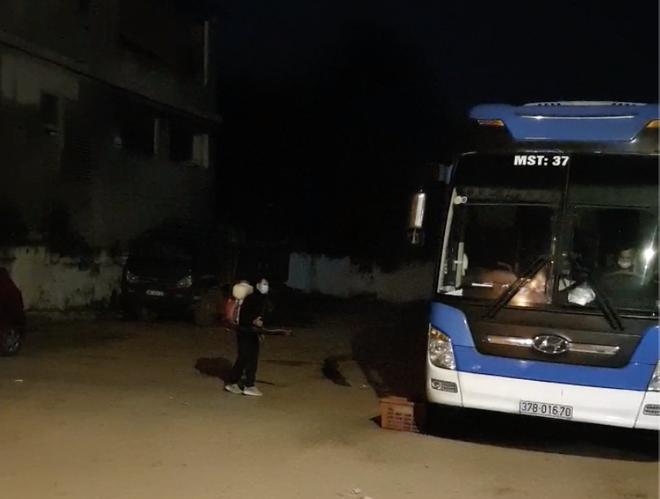 Nghệ An chặn bắt, áp tải xe khách chạy vượt tuyến từ Hà Nội qua Hải Dương đón 14 người từ vùng dịch về - Ảnh 2.