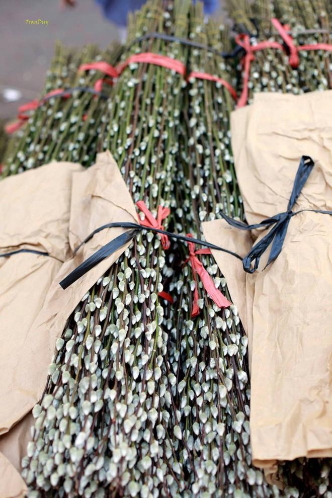 Chợ hoa đào nhuộm khoe sắc rực rỡ ở Đầm Sen - Ảnh 4.