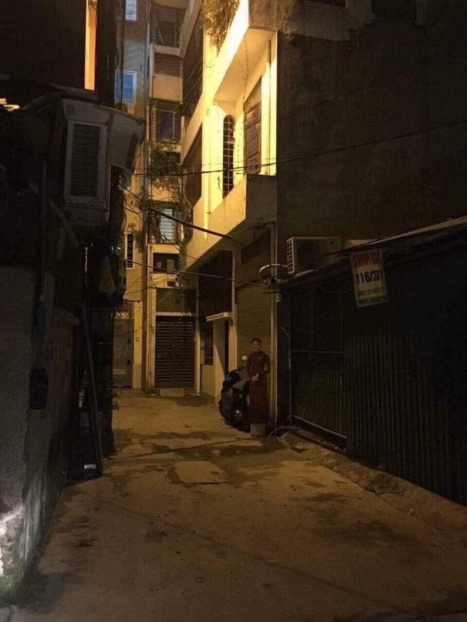 Đi làm về khuya, thanh niên thấy hình cô gái đứng bên đường mà xỉu ngang xỉu dọc vì 1 chi tiết - Ảnh 1.