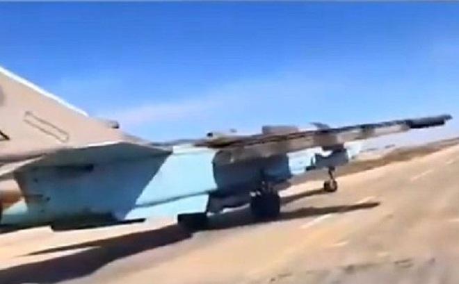 """Clip: Trúng loạt đạn """"thần sầu"""" của Thổ, Su-24 """"rụng"""" ở biển lửa Syria"""