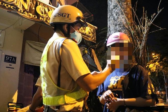 Đi tiệc với công ty, uống vài lon bia cuối năm, cô gái 23 tuổi bị xử phạt 4,5 triệu đồng - Ảnh 1.