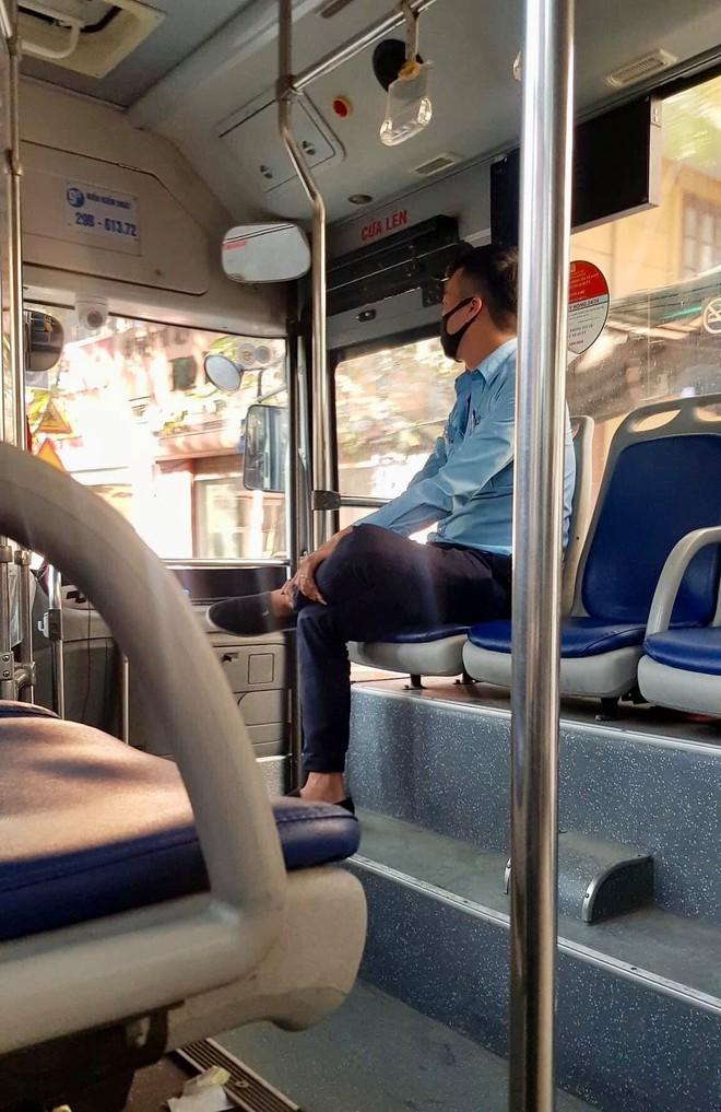 Gặp mẹ con bán hàng rong, anh phụ xe buýt thu đủ tiền vé nhưng hành động bất ngờ sau đó gây xúc động - Ảnh 2.