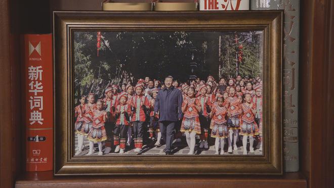 Soi phòng làm việc của ông Tập năm 2021: Ý nghĩa của 2 chiếc máy đỏ và 21 tấm ảnh trên giá sách - Ảnh 3.