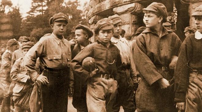Kỳ nghỉ hè thành chuyến lưu lạc 3 năm: Người hùng bất ngờ cứu mạng 800 đứa trẻ Liên Xô xấu số - Ảnh 2.