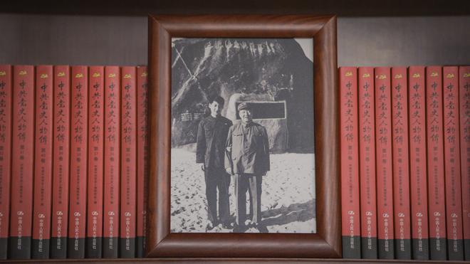 Soi phòng làm việc của ông Tập năm 2021: Ý nghĩa của 2 chiếc máy đỏ và 21 tấm ảnh trên giá sách - Ảnh 13.