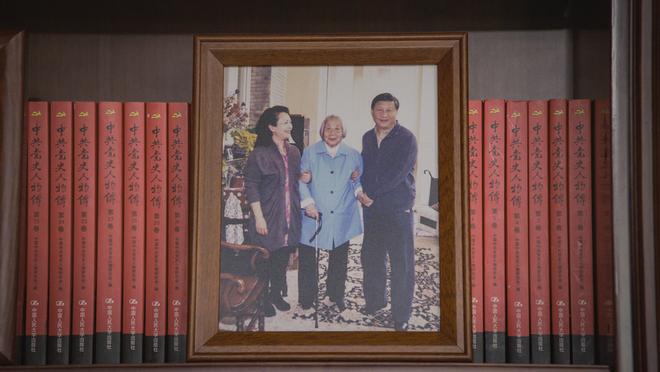 Soi phòng làm việc của ông Tập năm 2021: Ý nghĩa của 2 chiếc máy đỏ và 21 tấm ảnh trên giá sách - Ảnh 14.