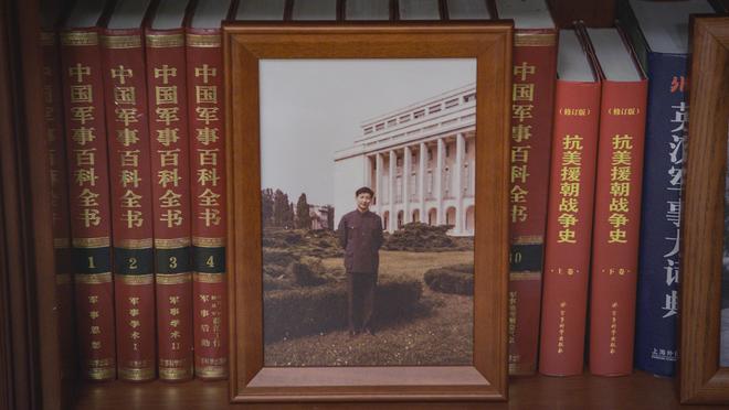 Soi phòng làm việc của ông Tập năm 2021: Ý nghĩa của 2 chiếc máy đỏ và 21 tấm ảnh trên giá sách - Ảnh 21.