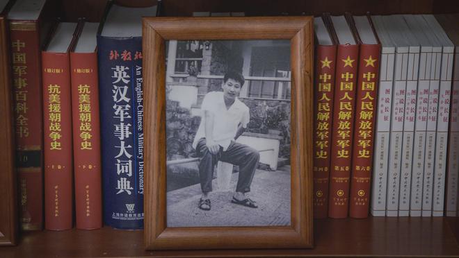 Soi phòng làm việc của ông Tập năm 2021: Ý nghĩa của 2 chiếc máy đỏ và 21 tấm ảnh trên giá sách - Ảnh 22.