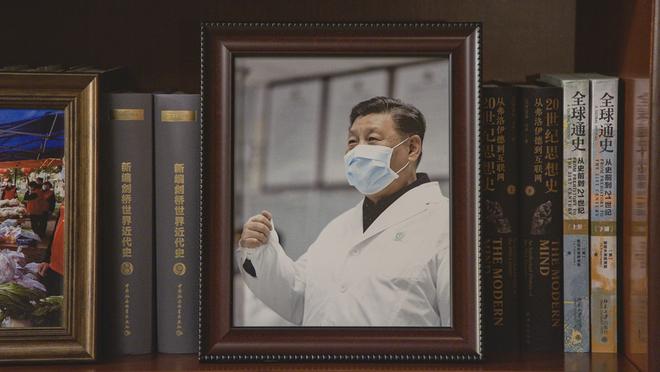 Soi phòng làm việc của ông Tập năm 2021: Ý nghĩa của 2 chiếc máy đỏ và 21 tấm ảnh trên giá sách - Ảnh 5.