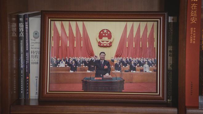 Soi phòng làm việc của ông Tập năm 2021: Ý nghĩa của 2 chiếc máy đỏ và 21 tấm ảnh trên giá sách - Ảnh 11.