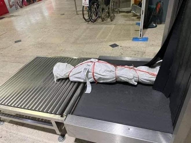 Sân bay nháo nhác vì gói hàng kinh dị trên băng chuyền, sự thật bên trong khiến tất cả bất ngờ - Ảnh 3.