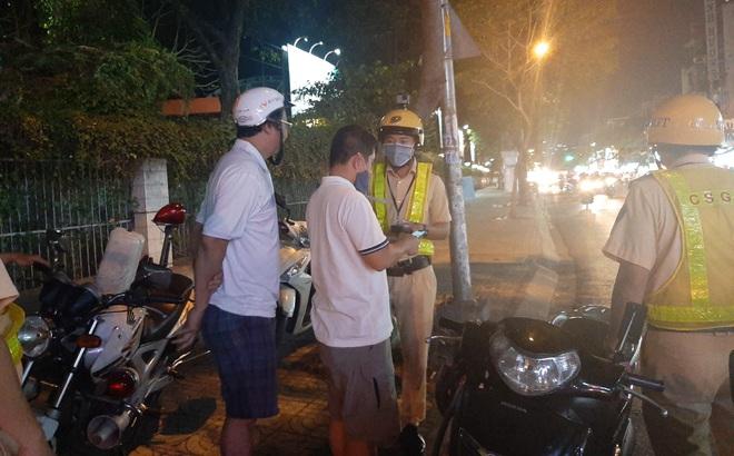 """""""Thông chốt"""" rồi vứt xe máy đi bộ về nhà khi bị CSGT đo độ cồn ở Sài Gòn"""