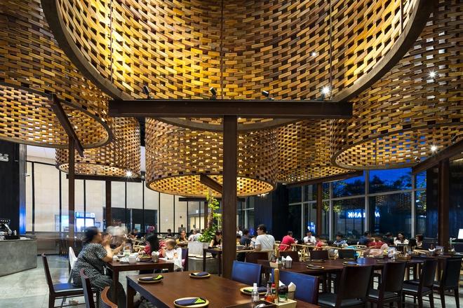 Hà Nội: Nhà hàng pizza với những khối trụ bay xuất hiện lạ lẫm trên báo Mỹ - Ảnh 4.