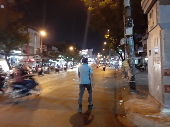Thông chốt rồi vứt xe máy đi bộ về nhà khi bị CSGT đo độ cồn ở Sài Gòn - Ảnh 2.