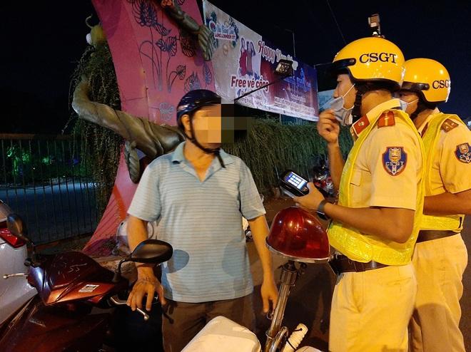 Thông chốt rồi vứt xe máy đi bộ về nhà khi bị CSGT đo độ cồn ở Sài Gòn - Ảnh 1.