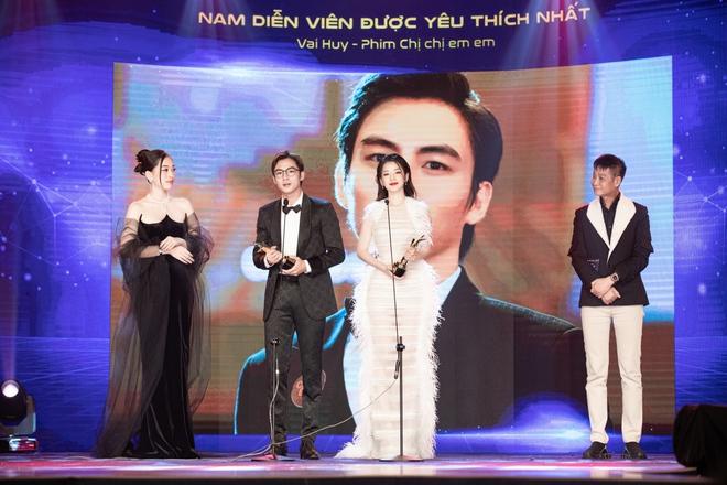 Chi Pu xúc động khi thắng giải Nữ diễn viên được yêu thích nhất - Ảnh 6.