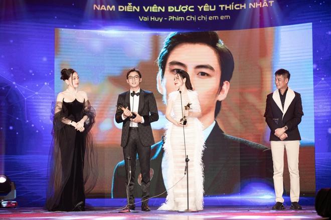 Chi Pu xúc động khi thắng giải Nữ diễn viên được yêu thích nhất - Ảnh 5.