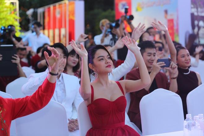 Phạm Quỳnh Anh mặc gợi cảm đi sự kiện - Ảnh 4.