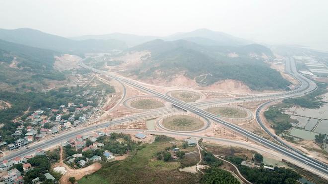 Cận cảnh nút giao thông hơn 400 tỷ sắp hoàn thành nơi cửa ngõ Hạ Long - Ảnh 1.
