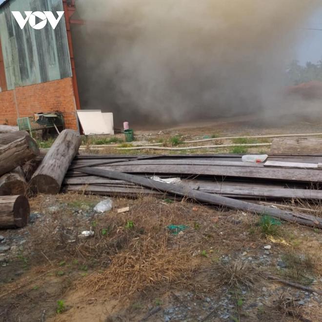Đang cháy xưởng gỗ ở Tiền Giang, nhiều hàng hóa bị thiêu rụi - Ảnh 1.