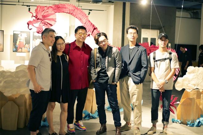 Wowy, Quang Đăng, Dustin Nguyễn xúc động khi xem triển lãm ảnh quảng bá văn hóa Việt Nam - Ảnh 1.