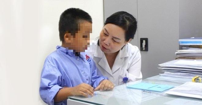 Bé 4 tuổi bỏng thực quản do hóc dị vật: Vì sao nuốt phải pin cực kỳ nguy hiểm? - Ảnh 2.