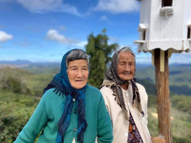 Hai cụ bà U90 mặc áo đôi du lịch Đà Lạt khiến giới trẻ trầm trồ ngưỡng mộ - Ảnh 1.