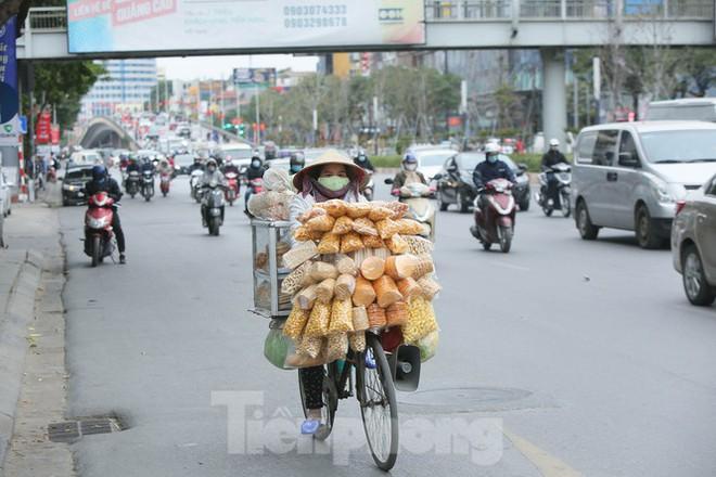 Cuộc sống đảo lộn của người lao động Thủ đô trong ngày lạnh nhất từ đầu mùa - Ảnh 11.