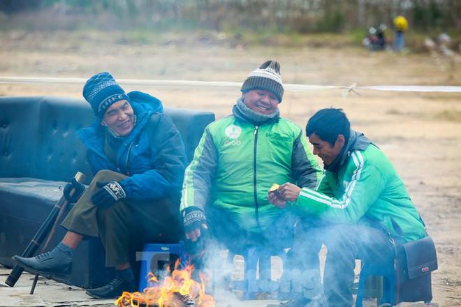Cuộc sống đảo lộn của người lao động Thủ đô trong ngày lạnh nhất từ đầu mùa - Ảnh 3.
